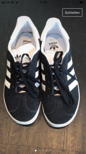 Adidas Gazelle schwarz/ weiß Größe 38, fallen auch so aus.