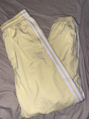 Adidas Luźne spodnie biały-bladożółty