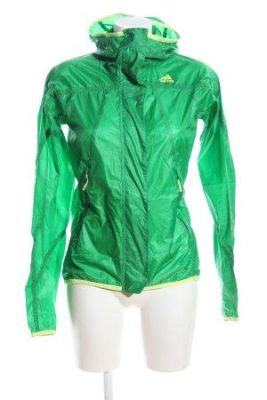 Adidas Poncho para lluvia verde look casual