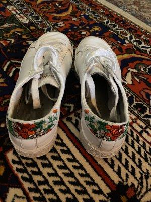 Adidas Sneaker mit Blumenmuster