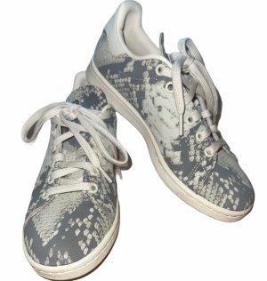 Adidas Sneaker mit Schlangenmuster