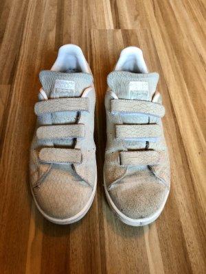 Adidas Stan Smith aus geprägtem Leder mit Klettverschluss