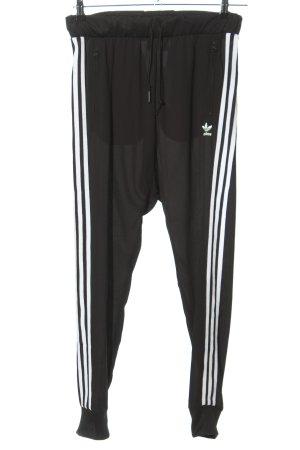 Adidas Stoffhose schwarz-weiß Schriftzug gedruckt Casual-Look