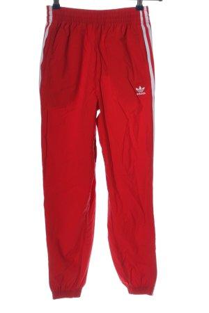 Adidas Stoffhose rot-weiß Schriftzug gestickt Casual-Look
