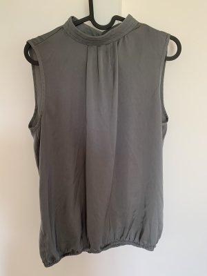 Ärmelloses silberschimmerndes Shirt