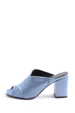 aeyde Tacones con punta abierta azul look casual