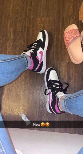 Air Jordans mid magenta