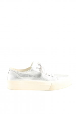 Akira Zapatilla brogue color plata look casual