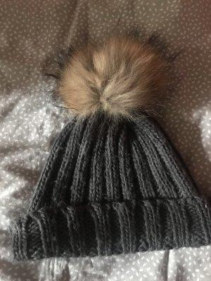 Alte Wintermütze mit Fellpommel