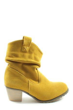 Andrea Conti Botas deslizantes amarillo pálido look casual