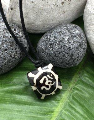 Anhänger Kette Yak Bone Om Symbol dunkelbraun 1,7x1,7cm Baumwollbändchen schwarz