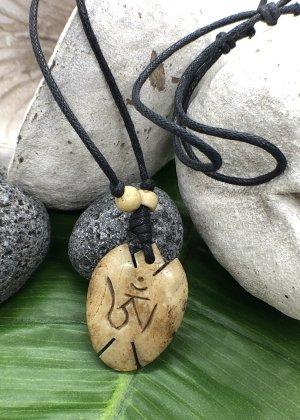 Anhänger Kette Yak Bone sandbraun Om Symbol oval 3,7x2,7cm Baumwollbändchen schwarz