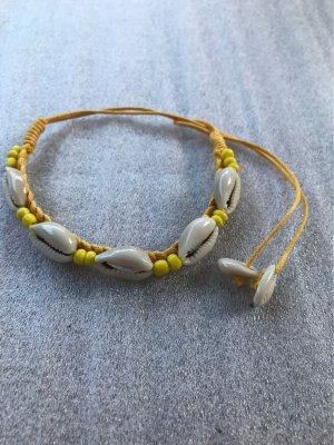 Armband  aus Muscheln , mit kleinen  gelben  Glasperlen