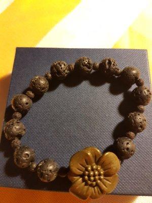 Armband aus schwarzen Steinen