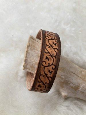 Armband Leder schwarzbraun Branding Blütenranke 22x1,8 cm