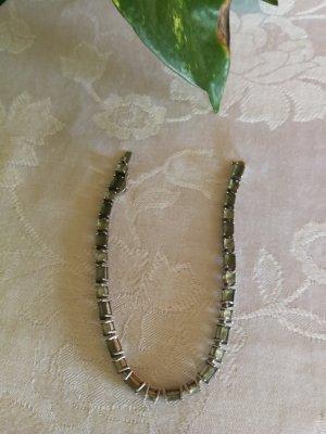 Armband mit grünen Steinen