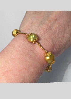 Armband mit hellgrünen Süßwasserperlen. 19 cm lang
