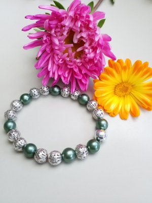 Armband mit silberfarbenen und dunkelgrünen Perlen