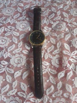 Reloj con pulsera de cuero marrón