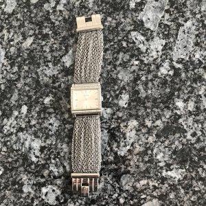Armband Uhr mit silberfarbenen Ketten von Guess.