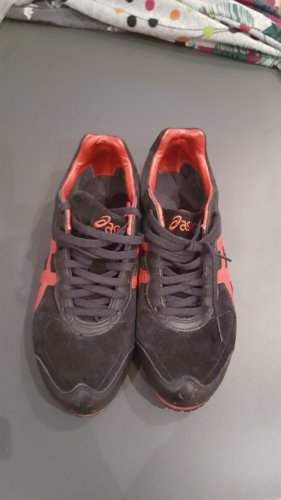 Asics-Sneaker in Schwarz-Rot