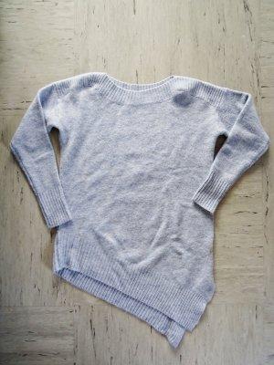Asymmetrischer hellblauer Pullover