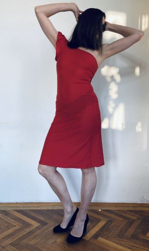 Asymmetrisches rotes Kleid