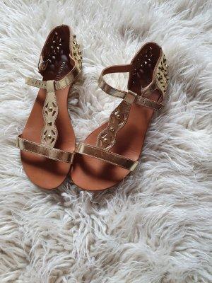 Auffällige Sandalen