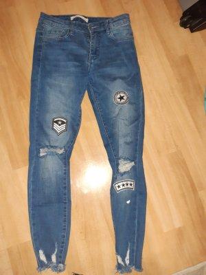 auffällige skinny Jeans mit push up Effekt und aufgerissenen Knien