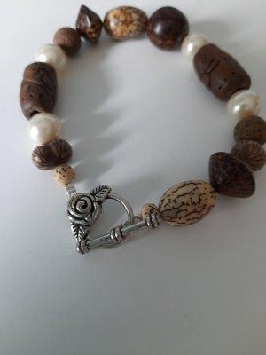 auffälliges Armband mit gemusterten Holzperlen :)