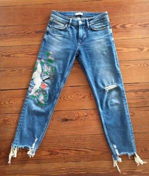 aufwendig bestickte Jeans mit Destroyed Effekten