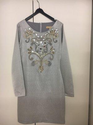 Aufwendig verziertes Kleid