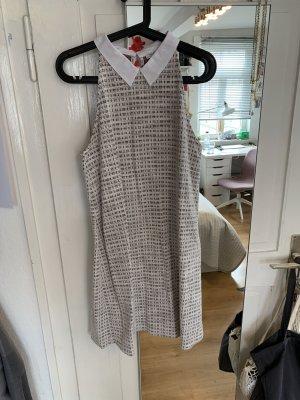 Ausgestelltes Kleid mit Blusenkragen