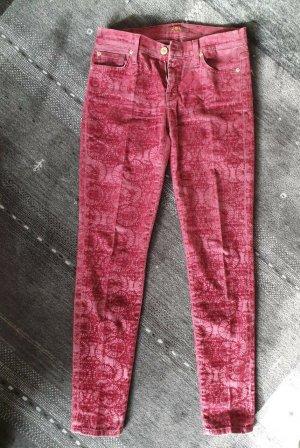 außergewöhnliche dunkelrote Jeans mit graphischem Samtdurck