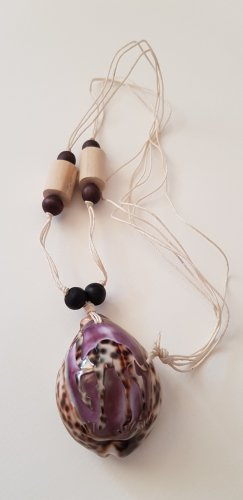 Collana di conchiglie viola