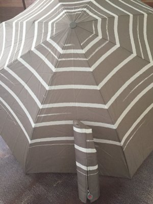 Paraguas plegable marrón grisáceo