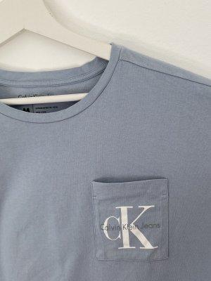 baby-/himmelblaues Calvin Klein (Jeans) T-Shirt