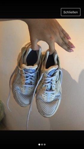 Babyblaue Nike Sneakers