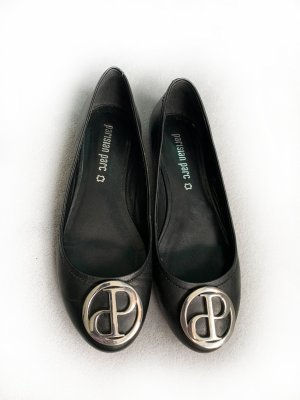 Ballerinas, Leder, schwarz mit silbernem Metall-Emblem, Gr. 38