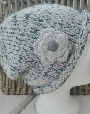 Handarbeit Chapeau en tricot gris clair-bleu foncé