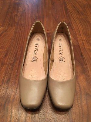Beige Schuhe mit kleinem Absatz