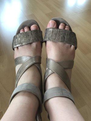 Beigefarbene Sandalen mit Absatz und glänzenden Riemen