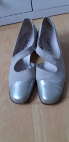 beigefarbene Schuhe