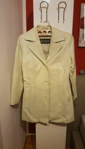 Manteau en cuir crème-beige clair