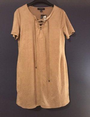 Beiges Kleid mit kurzen Ärmeln und schnür Ausschnitt