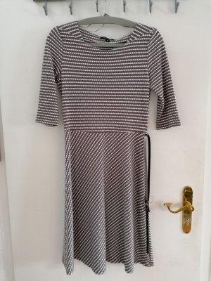 Bequemes Kleid mit Gürtel