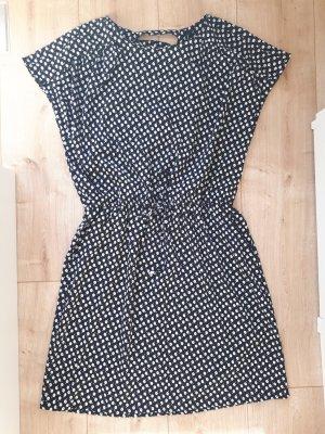 Bequemes Kleid mit süßem Rückenausschnitt