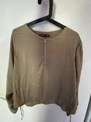 Bershka Bluse in glänzendem Khaki Stoff