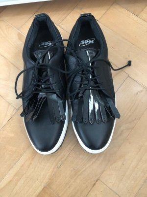 Besondere schwarze Sneaker