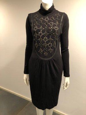 Besonderes Kleid mit Verzierungen